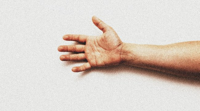 Egy levágott ember kezével állított haza: odaadta a felségének, hogy készítsen belőle vacsorát - 18+