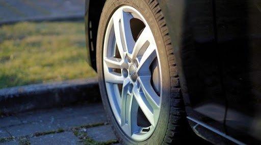 Huszonkét autó gumiabroncsát szúrta ki Sárváron egy helyi férfi, a rendőrök egy napon belül elfogták