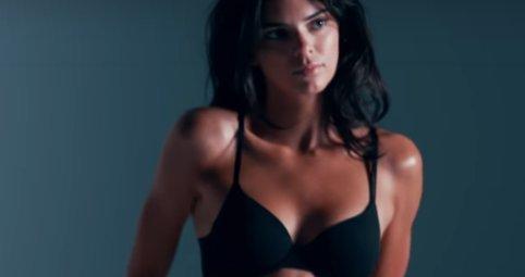 Kendall Jenner eléggé odatette magát egy reklámban