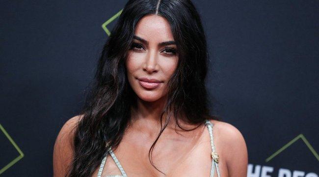 Így passzírozta bele magát a felejthetetlen latex ruháiba Kim Kardashian – Zseniális videó készült a jelenetről