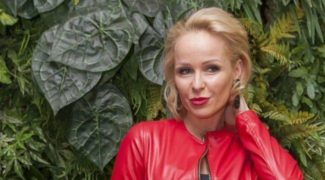 Köllő Babett mellei a tökéletes reklámhordozók– videó