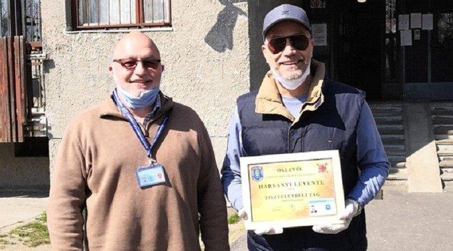 Harsányi Levente alkalmi polgárőrnek állva segítette a zuglói ételosztást