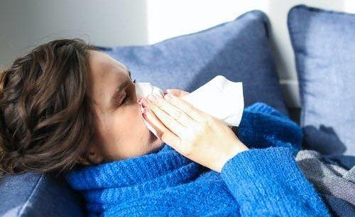 Kiderült, mi az oka, hogy egyeseknél erősebb, másoknál enyhébbek a koronavírus tünetei
