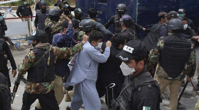 Rendőrök verték szét a hiányos felszerelés miatt tüntető orvosokat