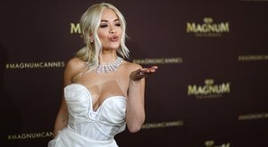 Mellimbóival robbantotta fel az internetet Rita Ora – fotó