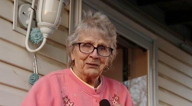 Táblával üzent a 93 éves néni a karanténból: kéne még sör - cuki fotó