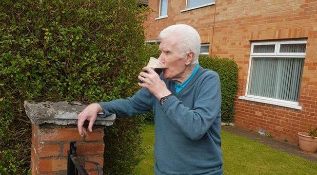 A járvány miatt otthon ragadt, ezért házhoz kapta korsó sörét a 90 éves bácsi
