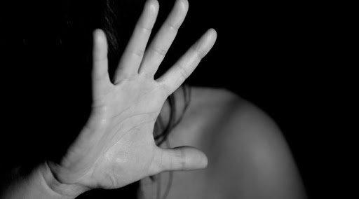 Hét férfi erőszakolta meg Petrát – A lány viszont évekkel a tragédia után is a tettesek dühös rokonaival egy utcában kénytelen élni