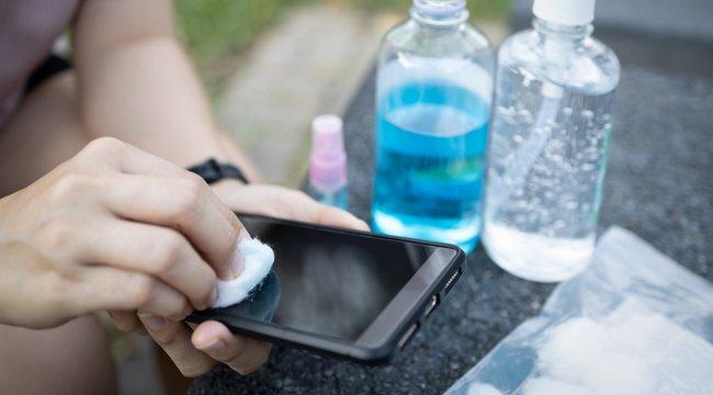 Figyeljen oda: Alkoholos törlőkendővel kell fertőtleníteni a telefont