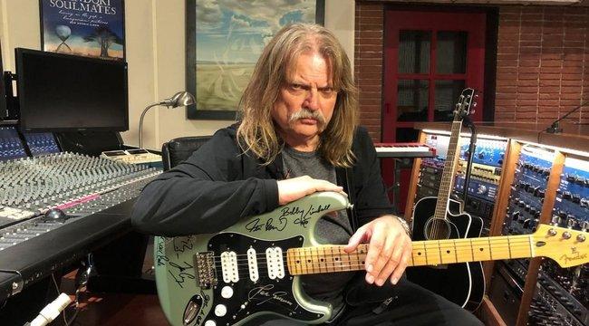 Licitálj Leslie Mándoki gitárjára, és segíts te is a koronavírus hőseinek