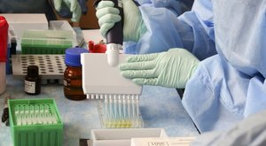 Nem csak a britek, Kína is szeptemberre ígéri a maga koronavíris-ellenszerét