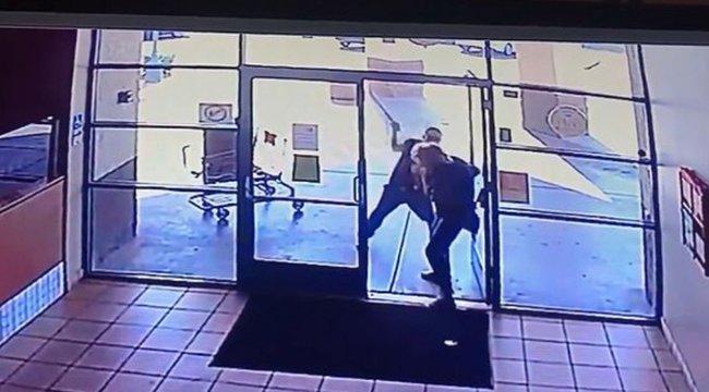 Brutális képsorok: vascsővel ütlegelt egy 77 éves asszonyt, hogy egy doboz pizzát ellophasson tőle