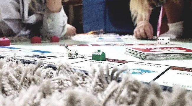 Három testvér annyira unatkozott a karanténban, hogy feltalálták az élő szereplős Monopolyt – videó
