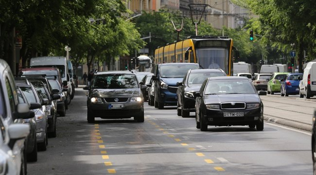 Hatalmas a dugó az új biciklisáv miatt Budapesten - Az autósok őrjöngenek