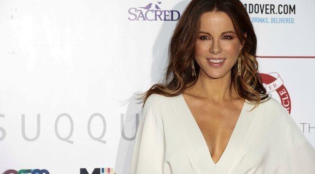 Kate Beckinsale: Ezt a fotót még akkor lőttük, amikor nem tűnt olyan furcsának fehérneműben csavarogni egy hegyen