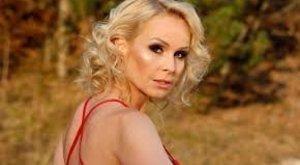 Köllő Babett félmeztelenül romantikázott a repcében – 18+ fotó