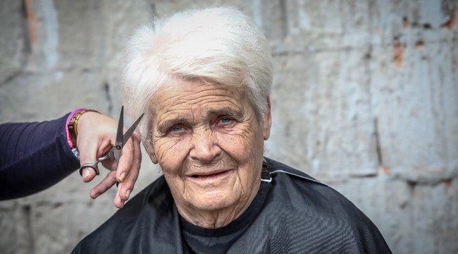 Joli néni most vette észre,hogy megőszült – videó