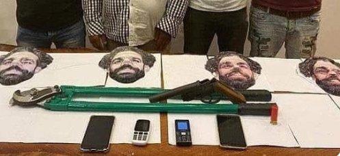 Négy Mo Salah-maszkot viselő fegyveres rabolt ki egy üzletet