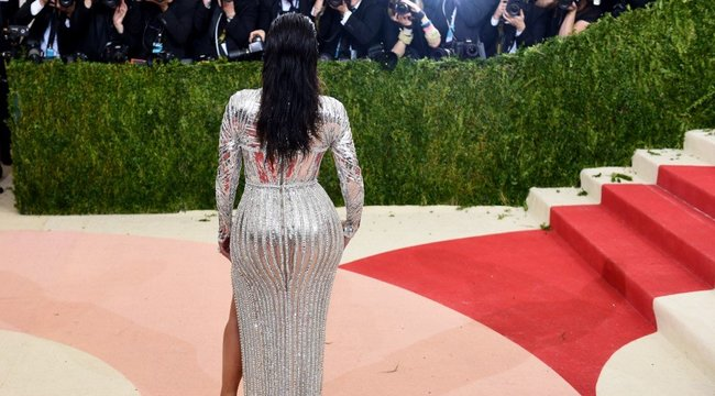 Kilógó fenékkel pózolt az utcán Kim Kardashian– fotó