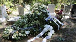 Szilágyi István özvegye fotókat küld be a temetésről a fiának