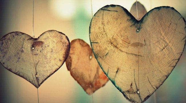 Megható: ablakon keresztül randiznak a szerelmesek a koronavírus miatt