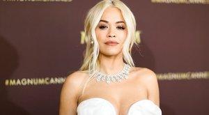 Péniszes fülbevalóban és apró bikiniben napoztatja kebleit Rita Ora