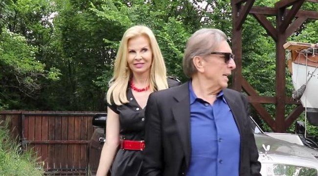 Ezt látni kell: tízcentis magassarkúban nyírja a füvet a luxusfeleség – videó