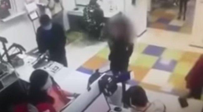 Elfelejtette a maszkot, abugyiját húzta a fejére egynő a postán – 18+ videó