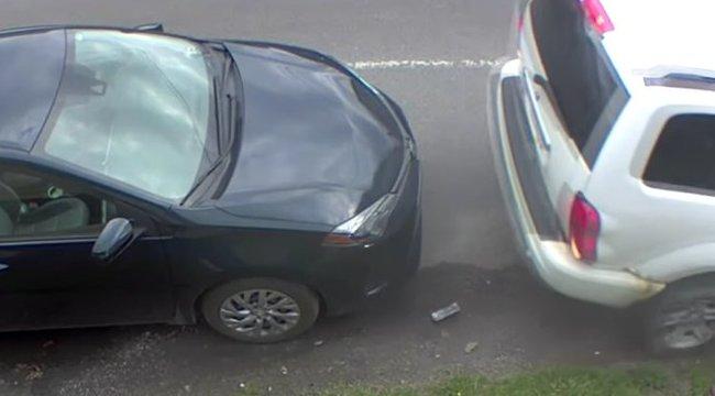 Rég láttunk ilyen szerencsétlen parkolást – meg is lett az eredménye egy totálkár-gyanú képében – videó