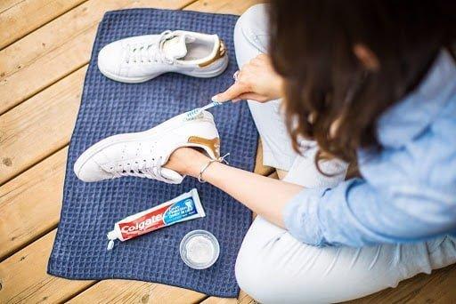 Így tisztítsa meg fehér cipőjét és olyan lesz, mint ha új volna!