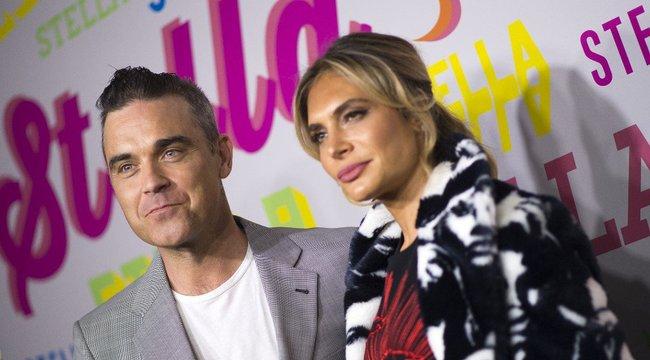 Karanténfodrászat: Így tolta le őszülő haját Robbie Williams - videó