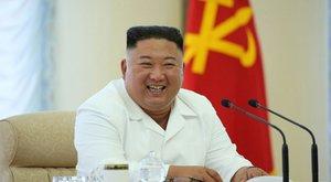 Ha Észak-Koreában nincs koronavírus, a diktátor miért tartja a védőtávolságot?