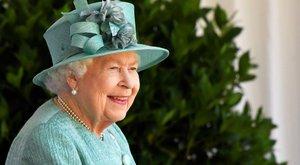 Két dolog van II. Erzsébet életében, ami nélkül nem megy sehova