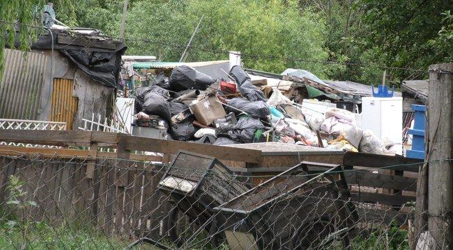 Emberek így élnek: hegyekben áll a szemét a soroksári gettóban - fotók