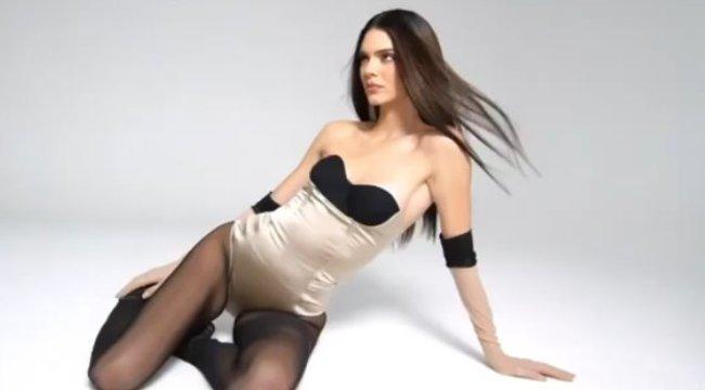 Kylie és Kendall Jenner fehérneműre vetkőztek, hogy így reklámozzák a termékeiket