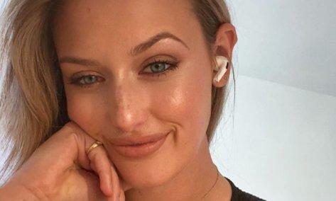 Bella Angel nem húz bugyit golfozás előtt – fotók