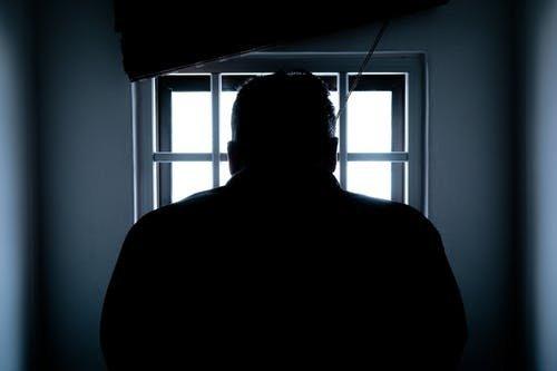 Félnek, hogy megszökik: börtönben marad az oroszlányi hasfelmetsző