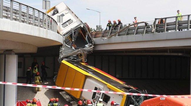 Egy felüljáróról zuhant le egy utasokkal teli csuklós busz Varsóban – felkavaró fotók
