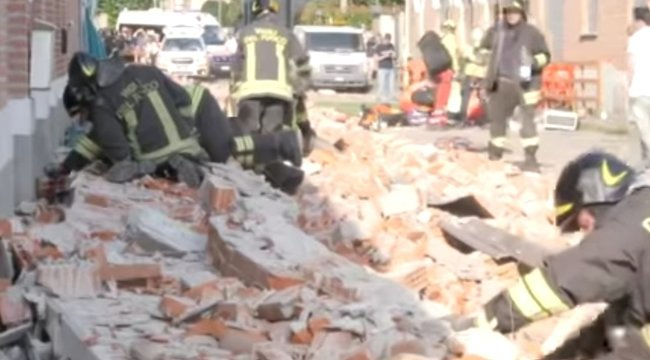 20 centiről nézte végig a fiú, ahogy anyukáját és két kistesóját halálra zúzza egy összedőlt épület - videó