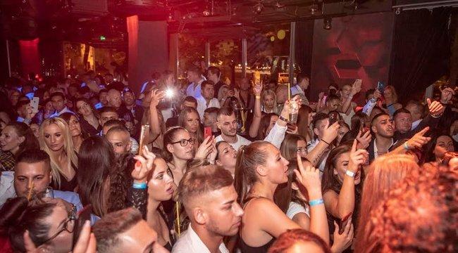 Hatalmas tömeg várta első buliján Kökény Attilát