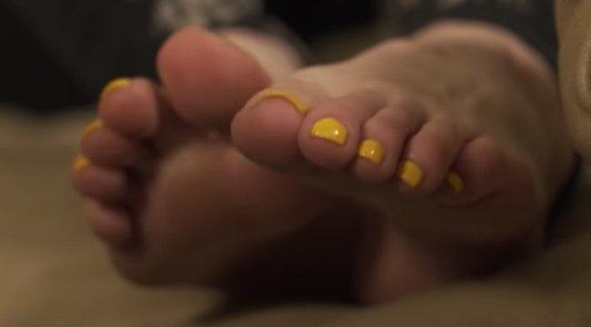 Perverz? Havi majdnem kétmilliót keres lábszelfikkel a szöszi Sativa - 18+ Videó