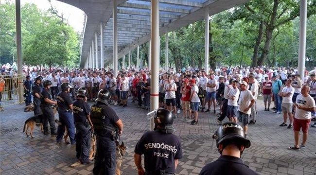 Ma este még óriási balhé lesz Debrecenben: farkasszemet néznek a Loki szurkolói és a rohamrendőrök - Fotók