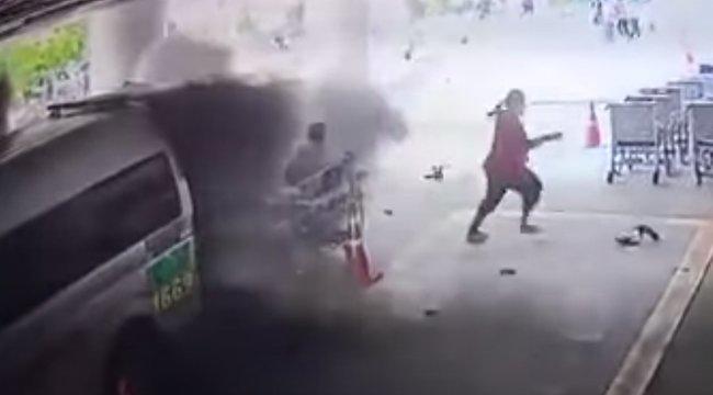Felrobbant az oxigénpalack, amikor betették a beteget a mentőbe – videó