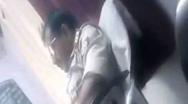 A rendőrőrsön elégítette ki magát egy nő előtt a felügyelő – 18+ videó