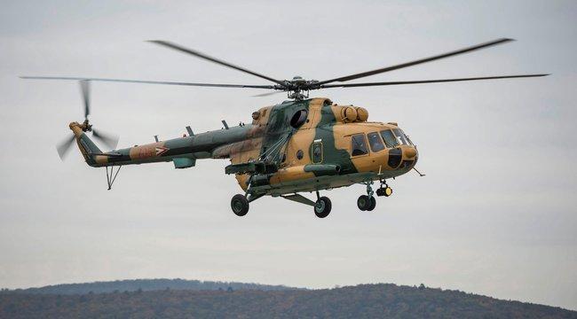 Élet-halál között a magyar siklóernyős, aki alól a mentésére érkező helikopter törte ki a faágat