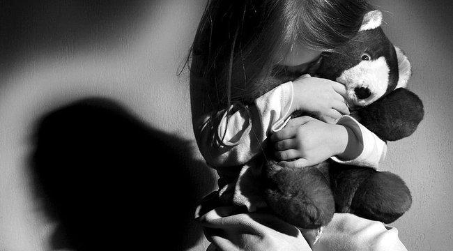 Gyomorforgató: ahogy az anya kilépett az ajtón, megerőszakolta nevelt kislányát