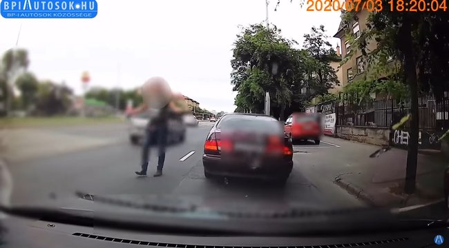 Agresszív autós tombolt a Hungária körúton, megfélemlítve egy párt – videó