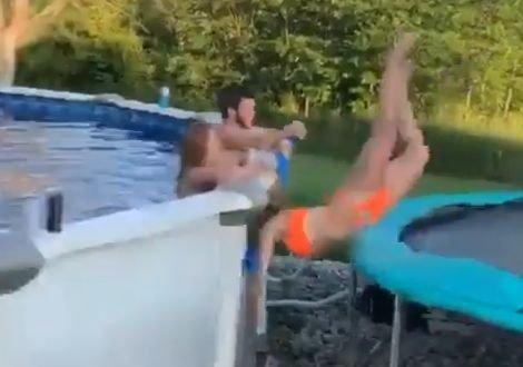 Nézni is rossz: hatalmasat zakózott a tetőről leugró, vagánykodó lány - videó