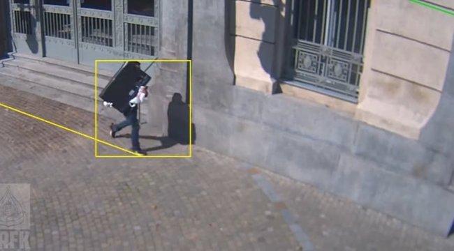 Lopott tévével a hóna alatt villamosozott keresztül Budapesten ez a férfi