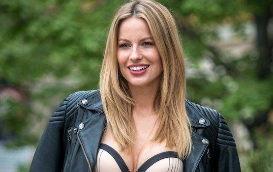Több, mint szexi: apró piros bikiniben vezet műsort Mádai Vivien– Fotók
